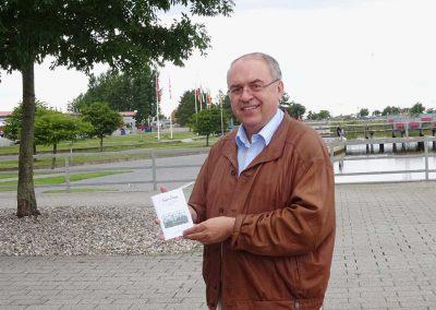 "Burkhard Budde mit seinem Buch ""Annies Welt"""