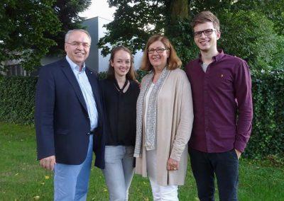Dr. Burkhard Budde mit seiner Familie im Garten