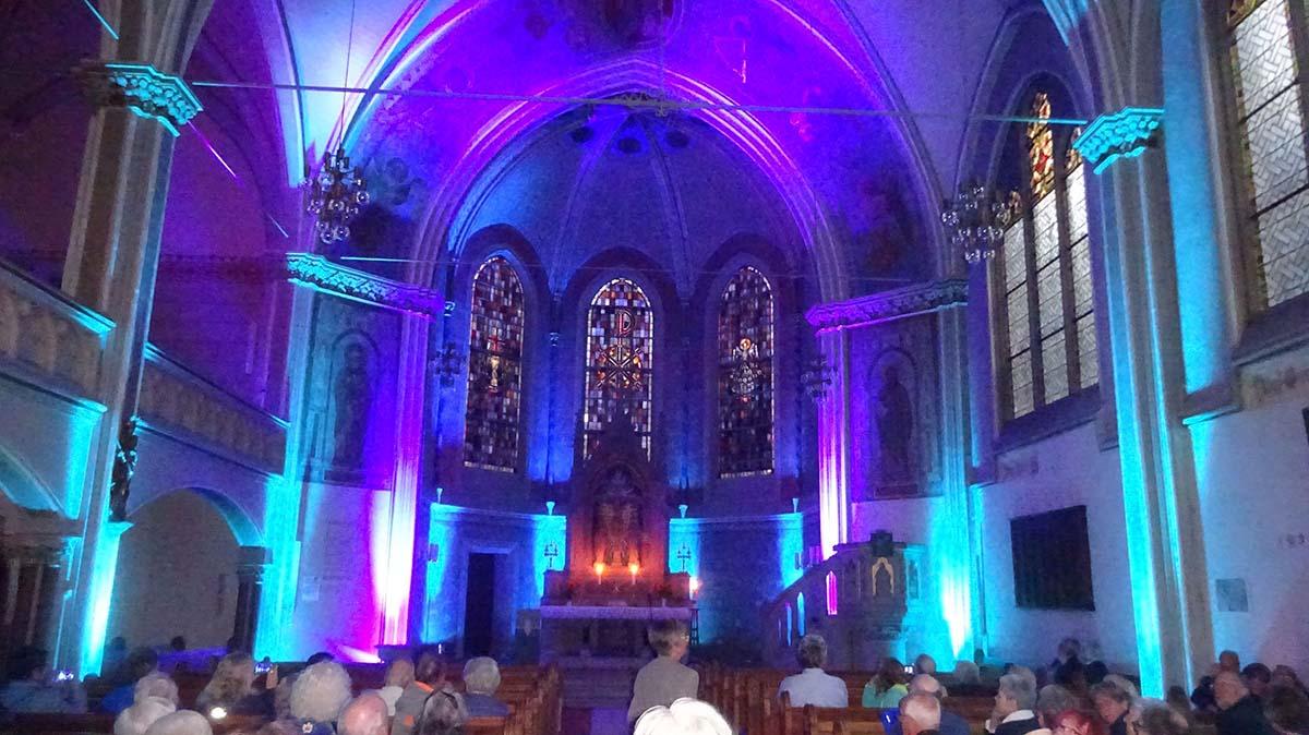 Gottesdienst - Kirche in blauem Licht